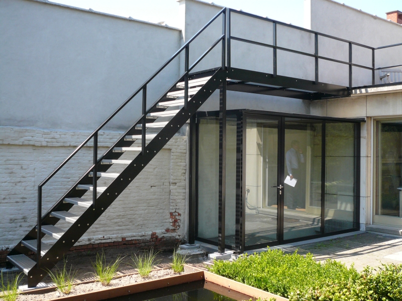 Metalen trap trappen bouwsmederij noel bvba for Buitentrap met bordes