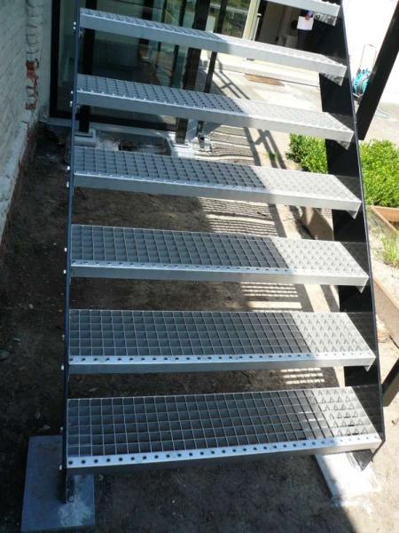 Trappen in metaal of inox bouwsmederij no l for Hoeveel traptreden heeft een trap