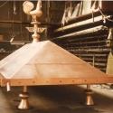 Klassieke koperen dakkap met sierpootjes.