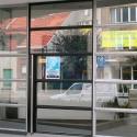 Metalen vitrinedeur met een inox deurgreep.