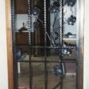Gesmeed deurtje met afbeelding van een druivelaar.