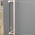 RVS deurgreep in smalle buis, verticaal.