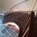 Eenvoudige, mat-zwarte trapleuning met sierstukken.