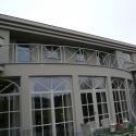 Gebogen terrasleuning met kruizen.