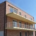 Borstwering voor de terrassen van een flatgebouw.