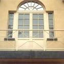 Fantasieborstwering rond een balkon.