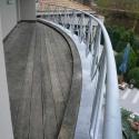 Gebogen balkonleuning.
