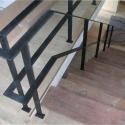 Leuning van platte latten met een horizontale onderverdeling.