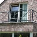 Moderne leuning voor balkon met kruizen.