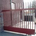 Poort met versterking onderaan en verticale verdelingen.