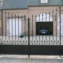 Gesmede poort met hekpunten en krullen.