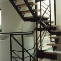 Rechte trap met 2 rechthoekige buizen als steun.