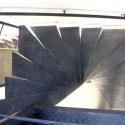 Metalen draaitrap met traanplaat treden.