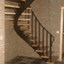 Draaitrap met houten treden en één centrale balk.