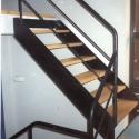Metalen trap met houten treden en een houten bordes.