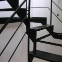 Volledig zwarte trap met treden uit geperforeerde plaat.